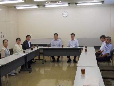 JA茨城中央会の秋山専務理事と懇談する各氏