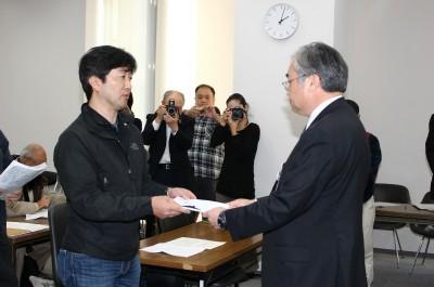 「東海第2は廃炉に」と橋本知事あての署名を県担当者(右)に手渡す参加者=14日、茨城県庁
