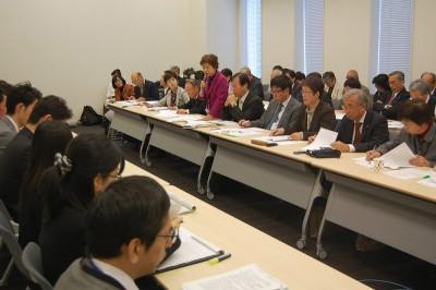 政府に要請する日本共産党地方議員ら=11月25日、参院議員会館会議室
