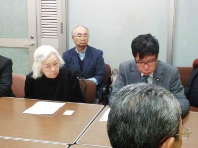大門参院議員と要請する土井道子さん(左)=11月25日、内閣府