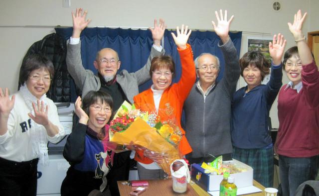 後援会員らとともに当選を喜び合う藤咲芙美子氏(中央)=3月2日夜、城里町