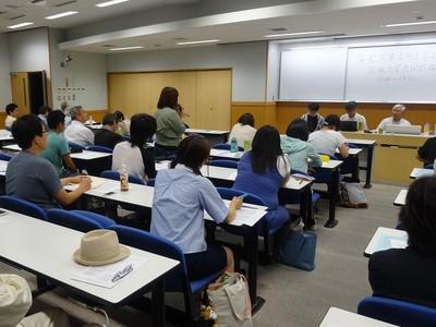 「『安全保障法制を考える』茨城大学共同討論カフェ」の参加者=7月22日、水戸市