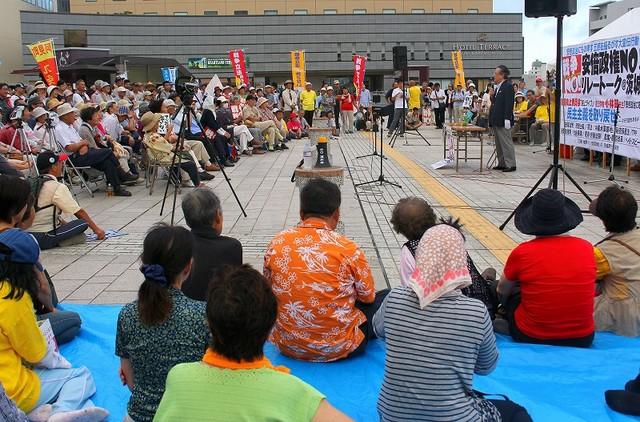 小林節さん(右)の講演に聞き入る人たち=8月23日、水戸市