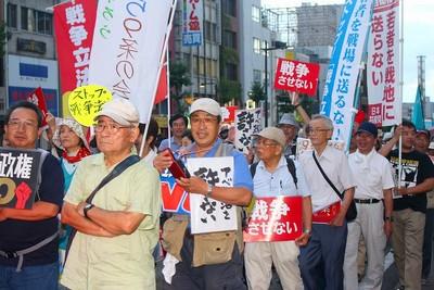 デモ行進し、戦争法案廃案などを訴える参加者=8月23日、水戸市