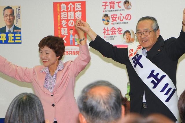 参加者の激励を受ける平正三市議と大内久美子県副委員長(右から)=10月4日、茨城県高萩市