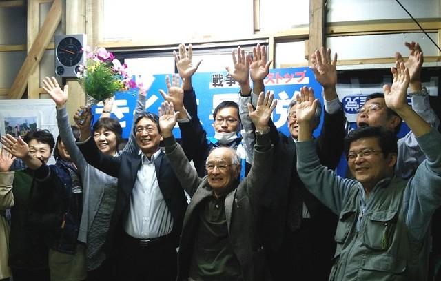 支持者とともに当選を喜び合う菊地昇悦氏(左から4人目)=10月18日、大洗町