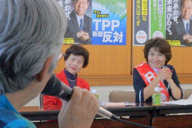 「女性のつどい」参加者(左)の訴えに耳を傾けるおくだ氏、大内氏(右から)=5月19日、水戸市