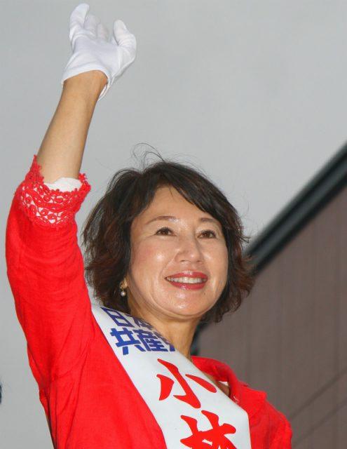 聴衆の激励にこたえる小林茨城選挙区候補=6月22日、水戸市