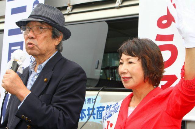 日本共産党と小林きょう子選挙区候補への支持を呼びかける元公明党副委員長の二見伸明さん(左)=6月25日、茨城県つくば市