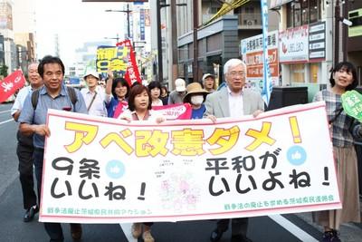 「戦争する国絶対反対」「原発再稼働許すな」とデモ行進する参加者