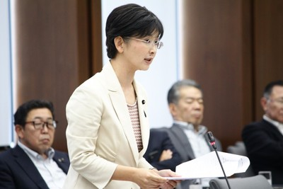 予算特別委員会で質問する江尻かな議員