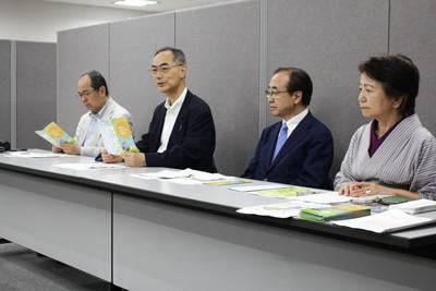 東海第2原発再稼働反対と廃炉を求める要請について記者会見を行う、「原発ゼロ・自然エネルギー推進連盟」のメンバーら
